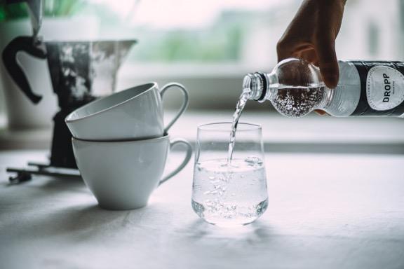 DROPP -vesi ja kahvikuppeja