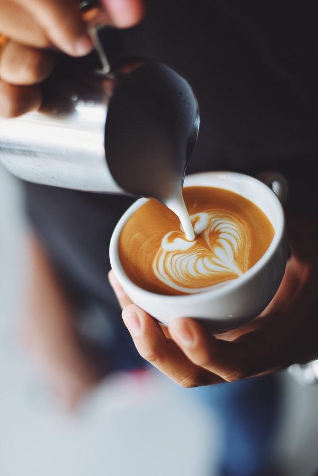 Barista kaataa cappuccinoa