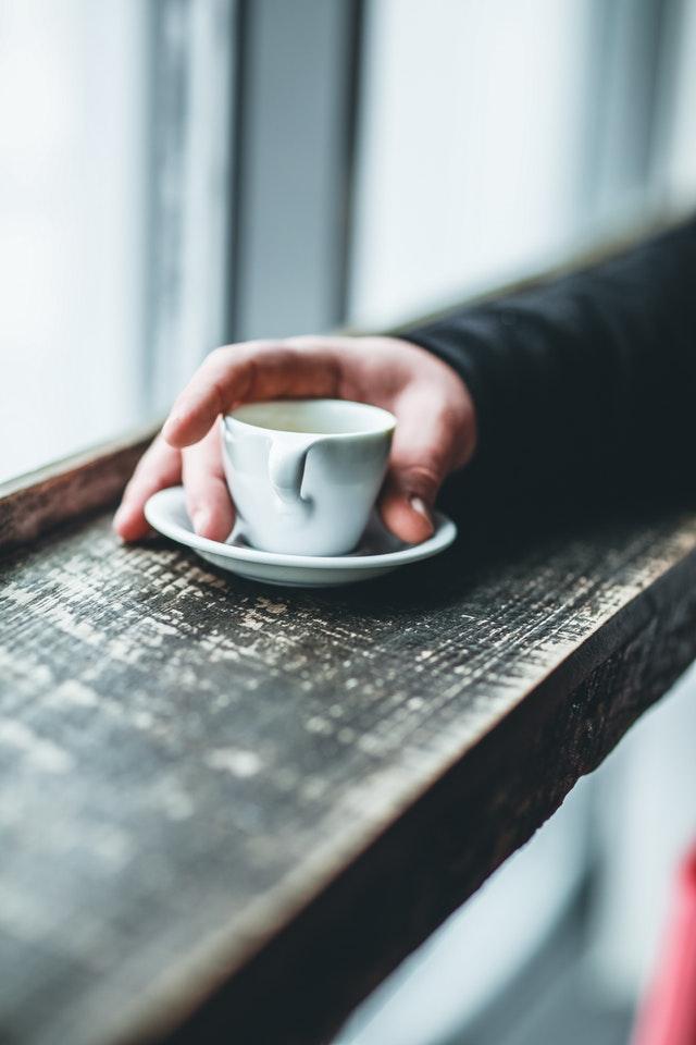 espresso ikkunalaudalla